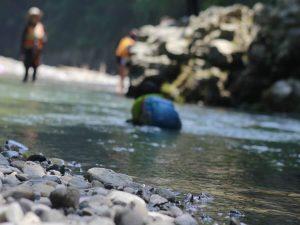 川で遊ぶ子供たち